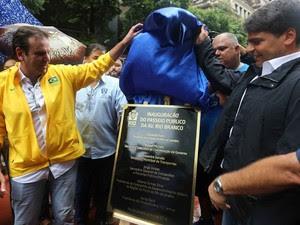 Paes descerra placa do boulevard da Avenida Rio Branco ao lado do ex-secretário Pedro Paulo (Foto: Ricardo Cassiano/ Prefeitura do Rio)