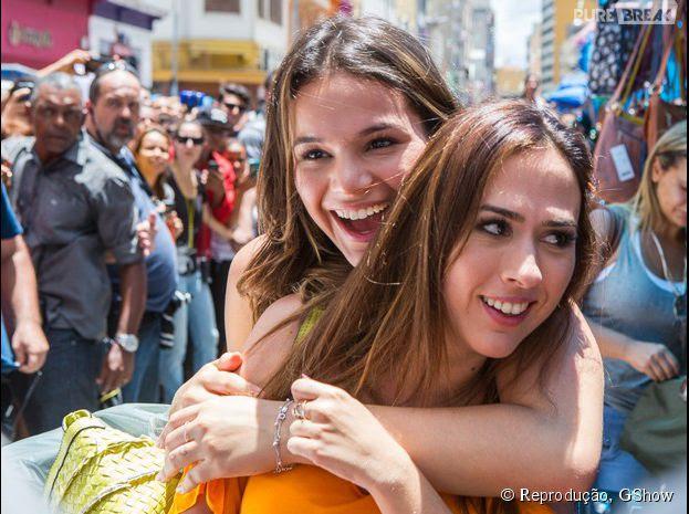 """Bruna Marquezine e Tatá Werneck gravam novela """"I Love Paraisópolis"""" na 25 de Março, em São Paulo"""