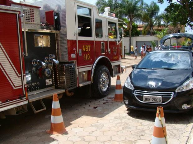 Carro em que homem foi encontrado após sofrer agressões e tiros no Paranoá, no Distrito Federal (Foto: Corpo de Bombeiros/Reprodução)