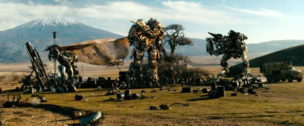 In Africa, Megatron confers with his fellow Decepticons, Soundwave and Starscream, in TRANSFORMERS: DARK OF THE MOON.