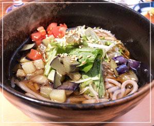 香味野菜が乗る冷たいお蕎麦でおしまい。日本酒の後のお蕎麦って、すごく美味しい。