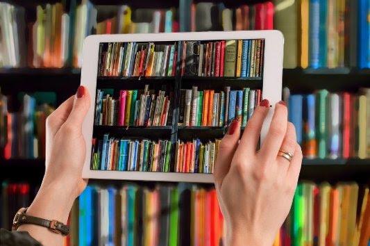 Tableta sacando una foto de libros.