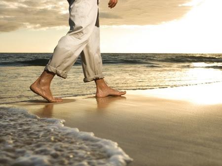 Resultado de imagem para homem a caminhar