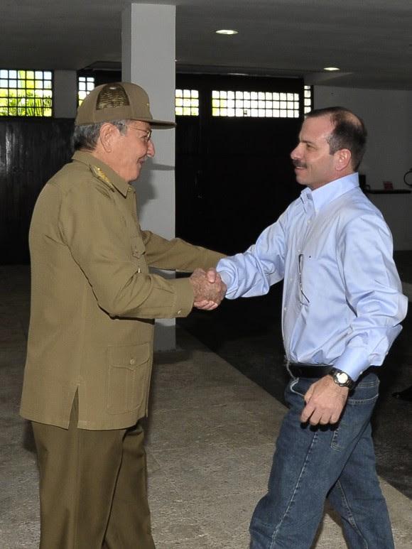 El Presidente cubano Raúl Castro recibe al Héroe antiterrorista Fernándo González Llort. Foto: Estudios Revolución