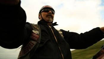 Per Høyland på motorsykkel - Per T. Høyland har køyrd motorsykkel frå han var åtte år. Då hadde han ein Sachs på 175 kubikk. Han gøymde den i skogen for lærarane og for foreldra. Framleis kjenner han seg fri når han køyrer motorsykkel. - Foto: Tom Edvindsen / NRK