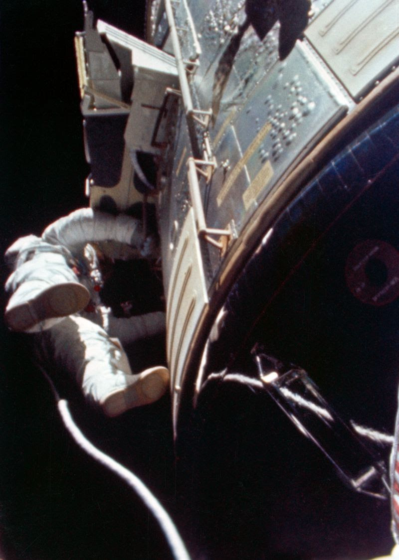Aug05-1971-first-deep-space-eva-s71-43202-resize800