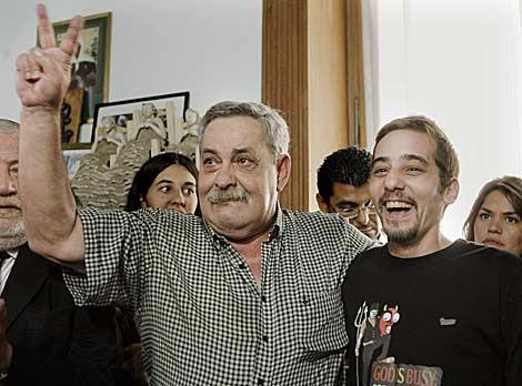 Abel Madariaga hace el signo de la victoria junto a su hijo Francisco. | Efe