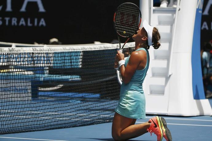 Barbora Strykova se ajoelha após jogar para fora na partida contra Serena Williams (Foto: REUTERS/Thomas Peter)