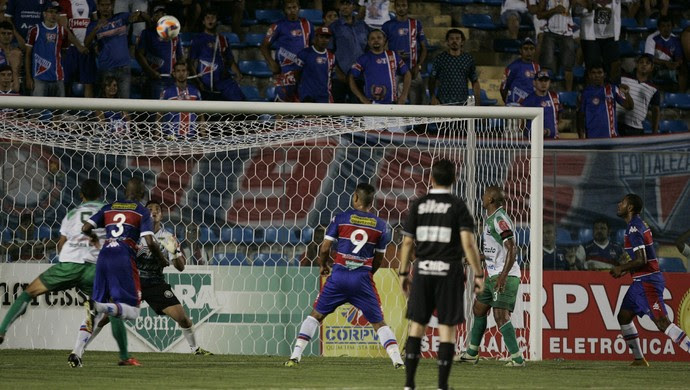 Fortaleza sentiu dificuldades em criar jogadas efetivas durante a partida (Foto: Tuno Vieira/ Agência Diário)