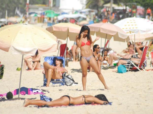 Dia de forte calor com temperatura máxima prevista para 32º C  atrai movimentação de banhista em Ipanema, na Zona Sul do Rio de Janeiro. (Foto: Luiz Gomes/Parceiro/Agência O Globo)