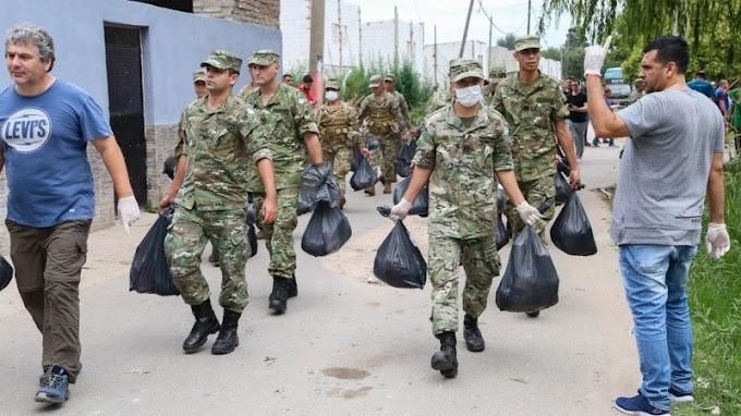 El Ejército reparte alimentos en los barrios de Rosario a familias necesitadas