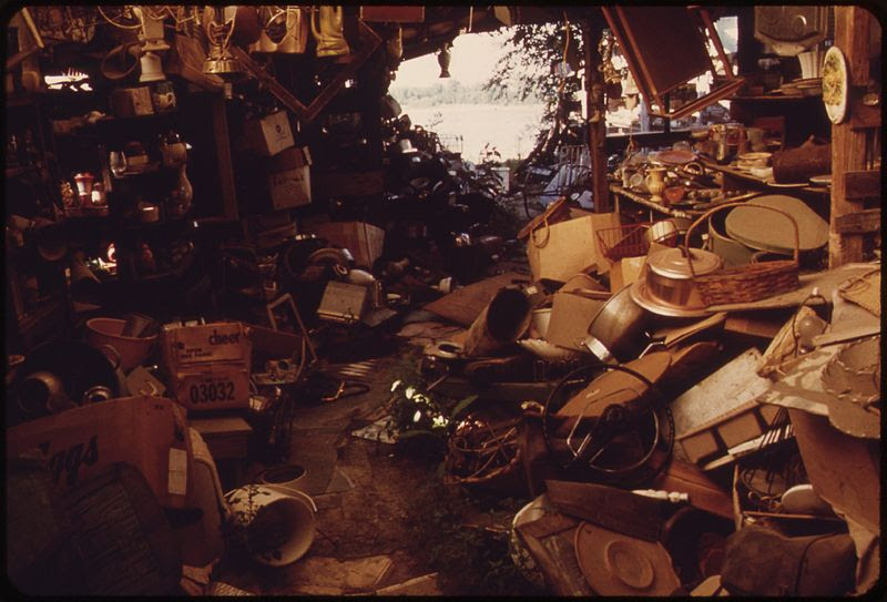File:THE OWNER OF THIS HUGE JUNK SHOP ON THE KANSAS RIVER IN BONNER SPRINGS DIED IN 1971. NOW THERE IS ONLY THE RIVER AND... - NARA - 552094.jpg