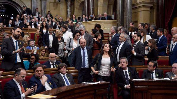 Catalogna, il Parlamento approva la risoluzione d'indipendenza dalla Spagna
