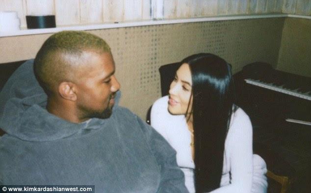 Casal bonito: Nos instantâneos, Kim foi vista irradiando para seu marido enquanto eles se estabeleceram em uma sala que parecia estar no meio de uma grande renovação