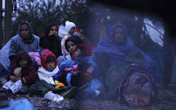 Varias mujeres migrantes aguardan para cruzar la frontera entre Serbia y Macedonia