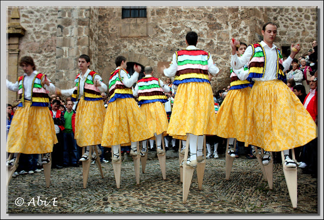 4 Danza en la plaza de la iglesia