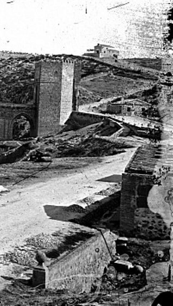 Puente de San Martín y al fondo la ermita de La Cabeza hacia 1880. Foto Casiano Alguacil (detalle)
