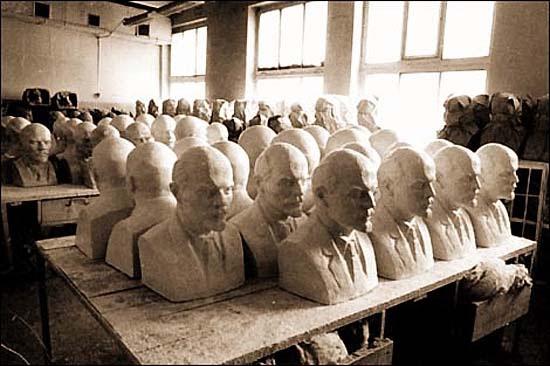 Lenin-fejek szobrászműhelyben