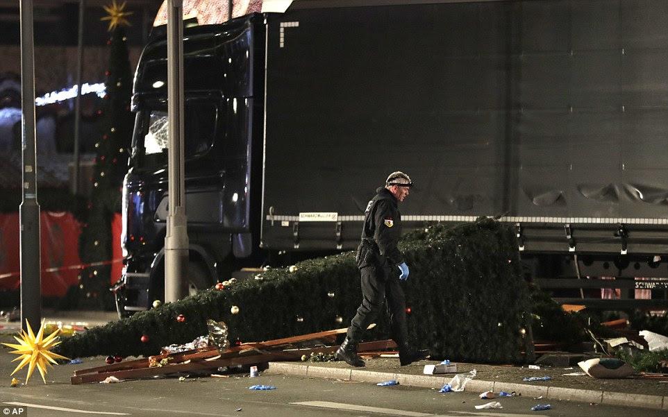 Houve cenas angustiantes na segunda-feira à noite em Berlim, após várias pessoas perderam a vida, poucos dias antes do Natal