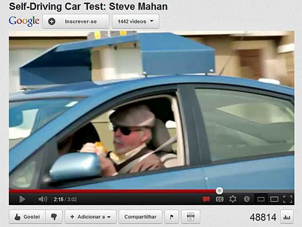 Steve Mahan tem incapacidade visual de 95% e pôde comer um lanche enquanto o carro o levava por uma rota pré-programada. (Foto: Reprodução / YouTube / Google)