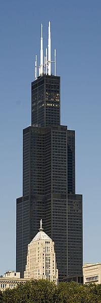 En 5ème position à Chicago (Etats-Unis) la Willis Tower comptant 442 m de hauteur de toit et atteignant meme 527,3 m grâce à ses antennes.