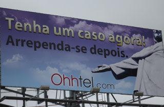 Site instalou outdoor no Rio com imagem do Cristo (Foto: Divulgação)