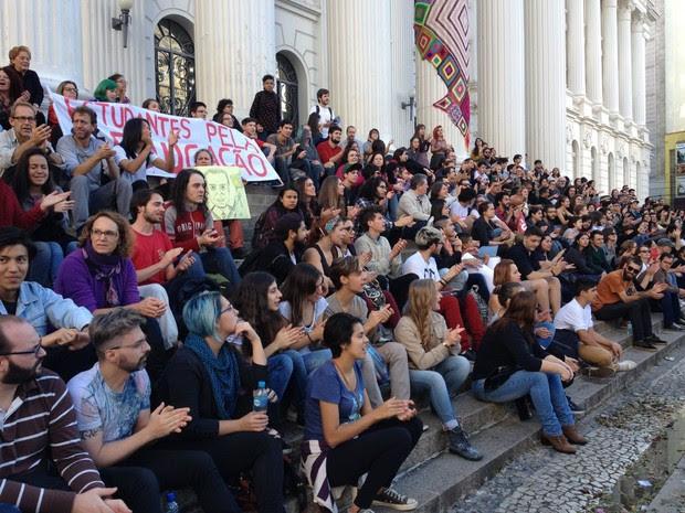 Manifestantes protestam contra Michel Temer na Praça Santos Andrade (Foto: Andressa Almeida / RPC)
