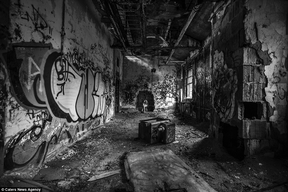 BARE USA: Photos of Nude Women in Abandoned Buildings