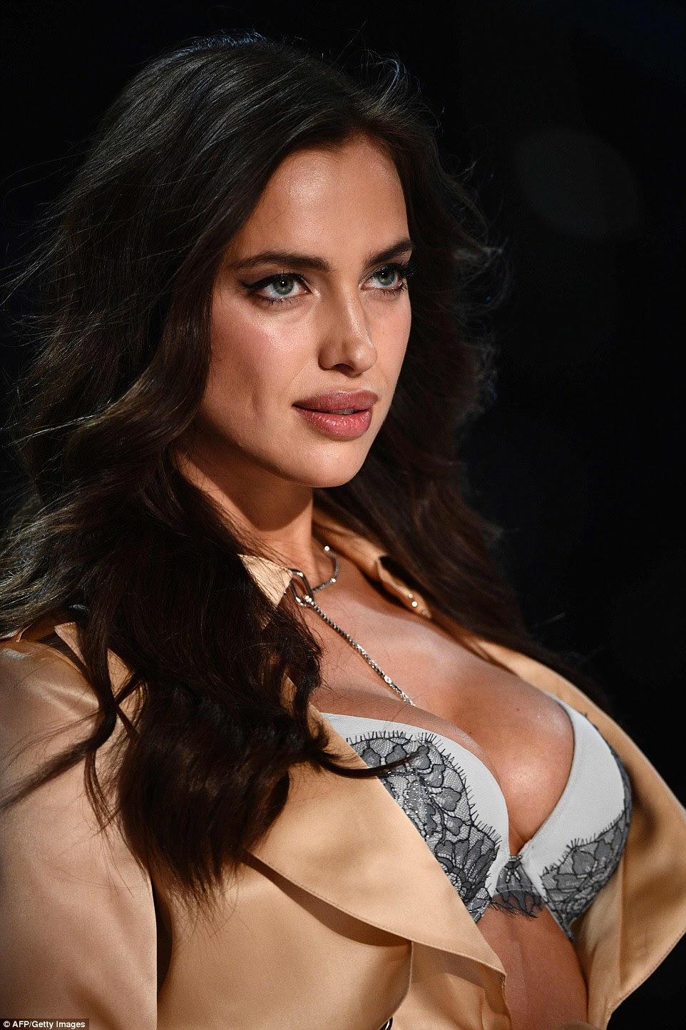 beleza Buxom: Após uma rápida mudança, a estrela vestiu um outro olhar-esconder estômago, balançando um casaco longo de um sutiã azul push-up