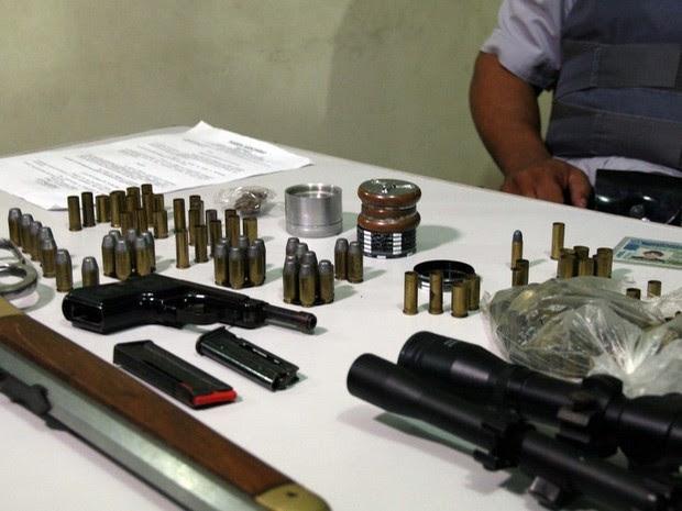 Armas e munições apreendidas na casa do sertanejo Hudson (Foto: Edison Temoteo/Futura Press/Estadão Conteúdo)
