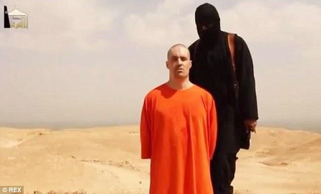 Escalação: US Jornalista James Wright Foley e membro da ISIS falar para a câmera antes de ser decapitado pelo militante mascarado