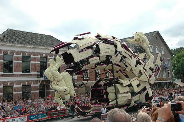 Esculturas imponentes feito de flores em exposição no Bloemencorso, um desfile de flor em Zundert, Holanda desfiles escultura Holanda flores