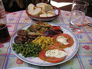 Plato vegetal, con mayonesa, legumbres y horta...