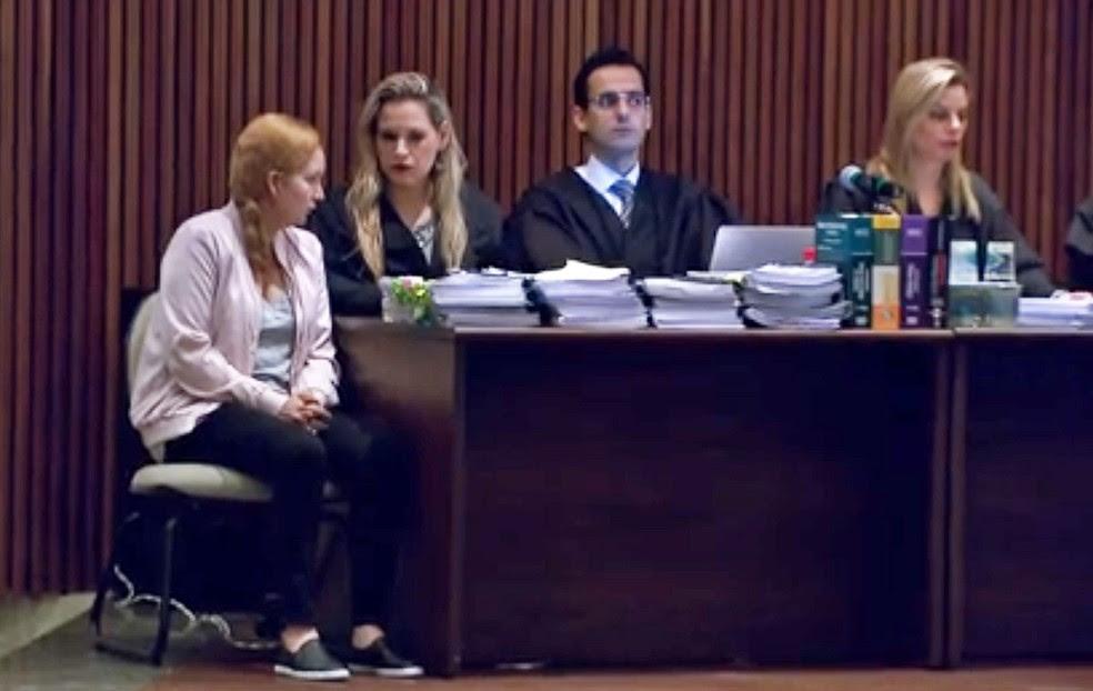 Elize Matsunaga (esq.) durante nova sessão do julgamento, neste sábado (3) (Foto: Reprodução/TV Globo)