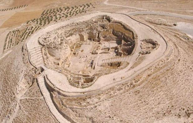 Κάτοψη από αέρος του συγκροτήματος 'Ηρώδειο' το 2007 κατα την ανακάληψη του τάφου του βασιλιά Ηρώδη. Δεν έχουν ανευρεθεί ανθρώπινα οστά και έτσι τα αίτια του θανάτου του δεν θα γίνουν ποτέ γνωστά με ακρίβεια. Ωστόσο υπάρχουν αρκετά στοιχεία που μπορούν να στηρίζουν μιά πιθανή εκδοχή θανάτου.(Ισραηλινό Κυβερνητικό Γραφείο Τύπου)