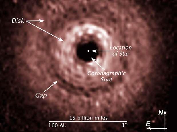 """Imagem mostra a distância da falha (""""gap""""), onde estaria o planeta, de sua estrela, no centro Foto: Nasa/ESA / Divulgação"""