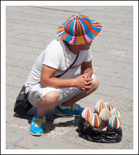 hoedjesverkoper by hans van egdom