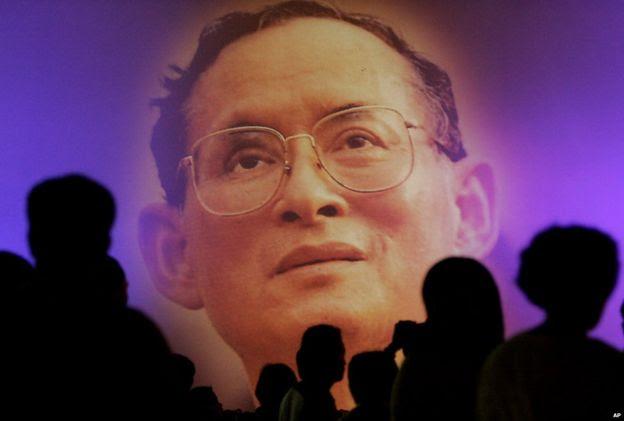 Ảnh Quốc vương Thai Bhumibol Adulyadej được chiếu trên màn hình lớn