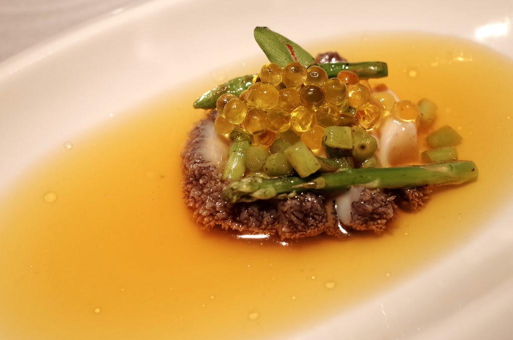 D低溫北海岸鮑魚襯橄欖油魚子醬 蘆筍 西班牙番紅花澄清湯