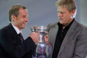 Победитель Евро-92 датчанин Петер Шмейхель (справа) уже был участником жеребьевки Евро-2008