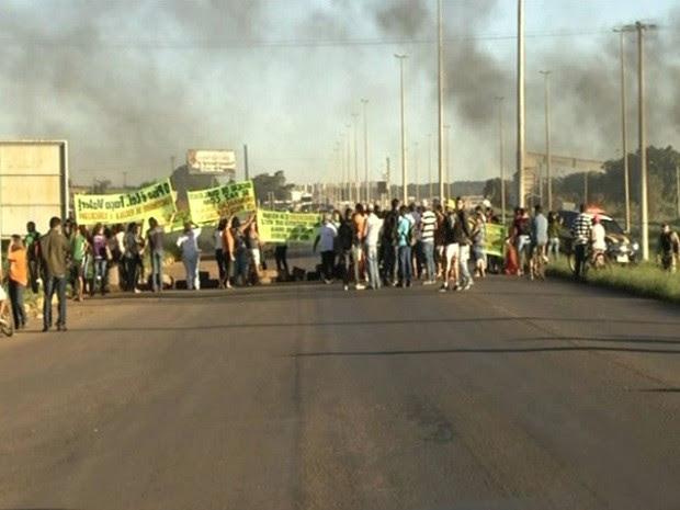 Manifestantes bloqueiam tráfego na BR-040, em Luziânia, Goiás (Foto: Reprodução/TV Anhanguera)