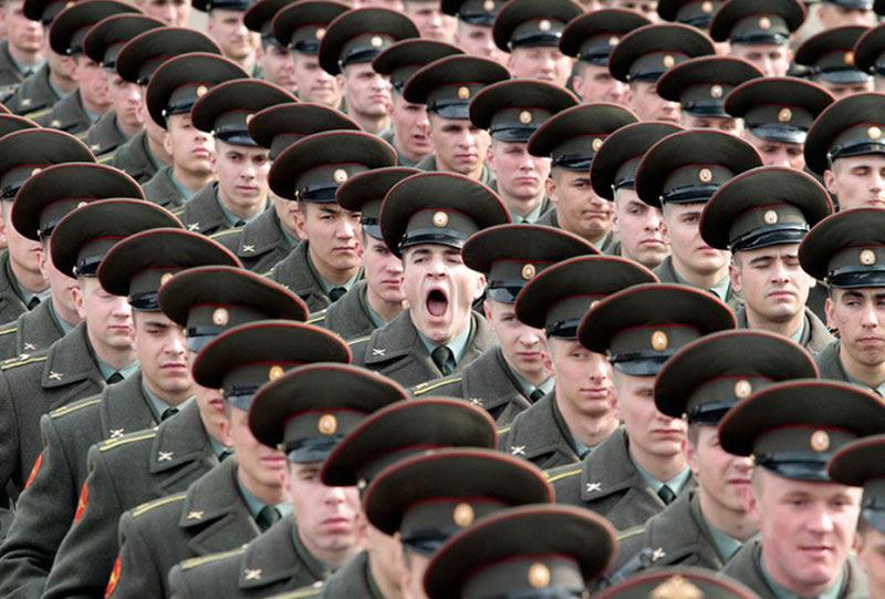 στρατιώτη χασμουρητό τέλειο συγχρονισμό