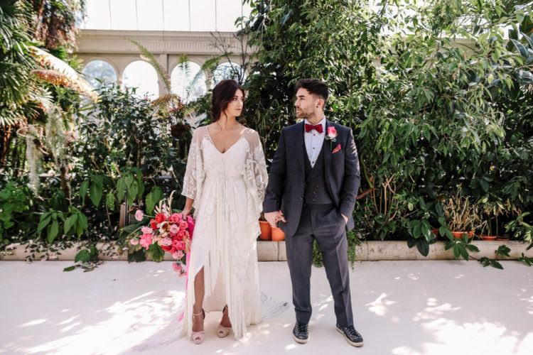 Das Hochzeits-Shooting war herausgeputzt mit rosa und Goldenen details und tropischen Elementen