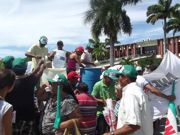 Água é distribuída para agricultores durante manifestação contra a seca (Foto: Igor Jácome/G1)