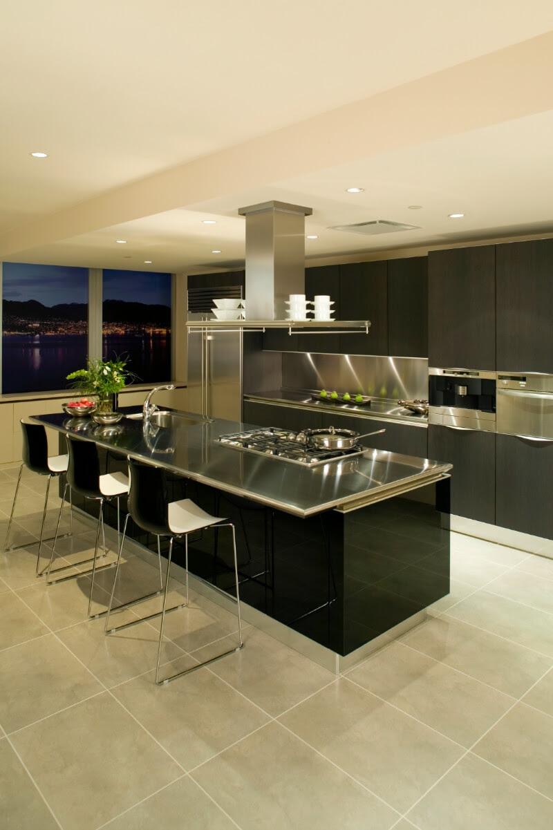 Cuisine moderne avec îlot noir et armoires de style européen brun foncé