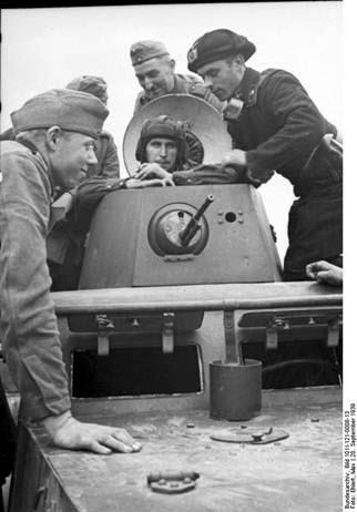 Sovieticii se saluta cu nazistii-2