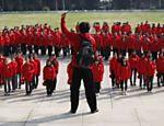 Estudantes formam o símbolo da foice e do martelo em homenagem à abertura do 18° Congresso do Partido Comunista Chinês