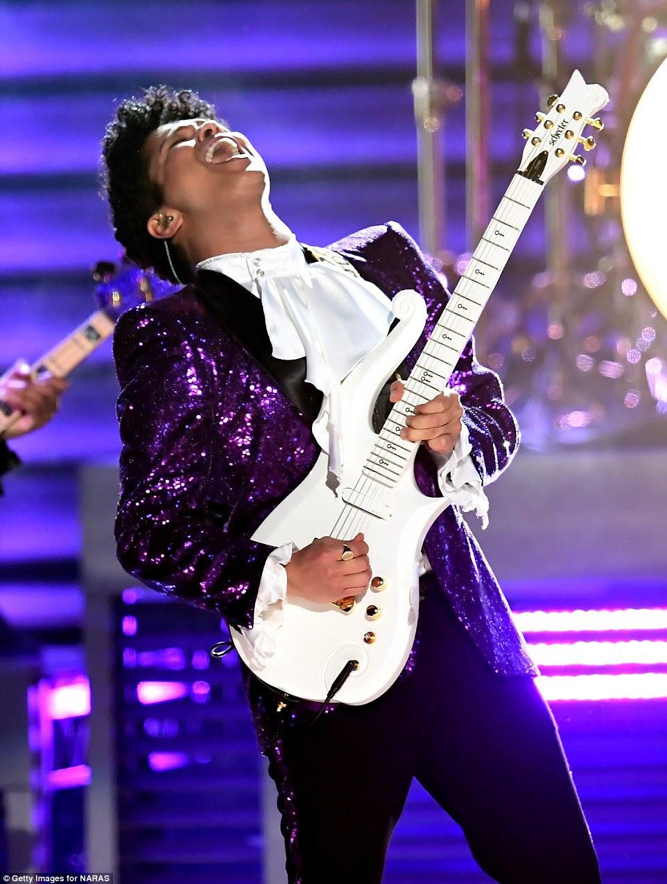 Shredding: habilidades de guitarra do artista certamente impressionou todos como ele fez um solo rip-rugindo
