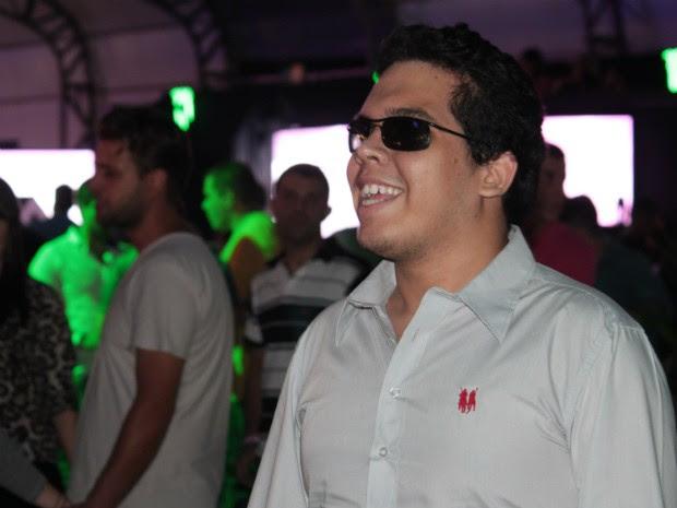 Durante o show da cantora Sol Garcia, Léo dançava  (Foto: Marcelo Giovanini / G1)