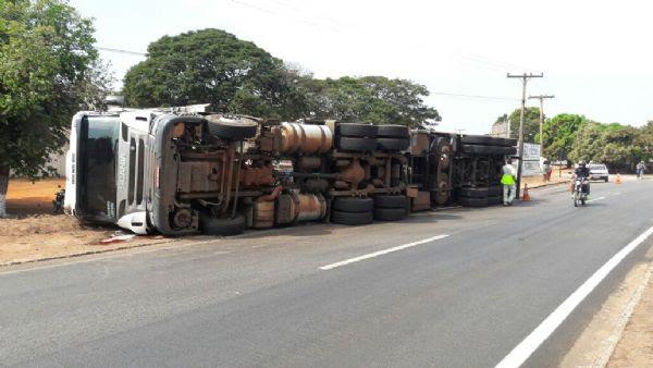 Motorista morre na BR-364 e carreta carregada com fios tomba em curva acentuada